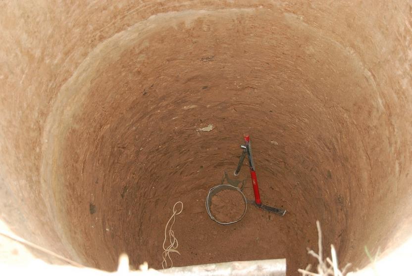 Фото: Роем яму для колодца округлой формы
